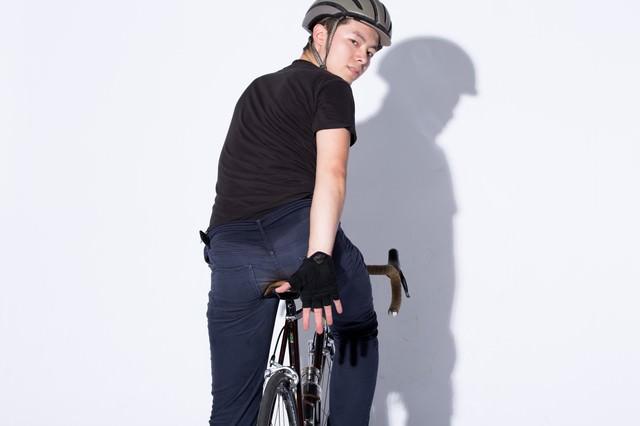 自転車の手信号「減速」の写真
