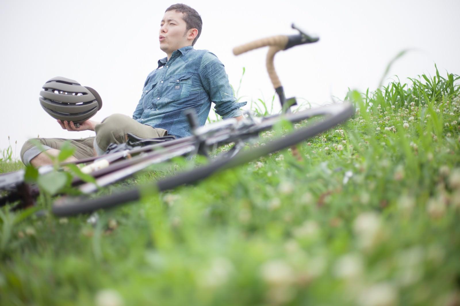 「休日のツーリングを楽しむ自転車男子」の写真[モデル:けんたさん]