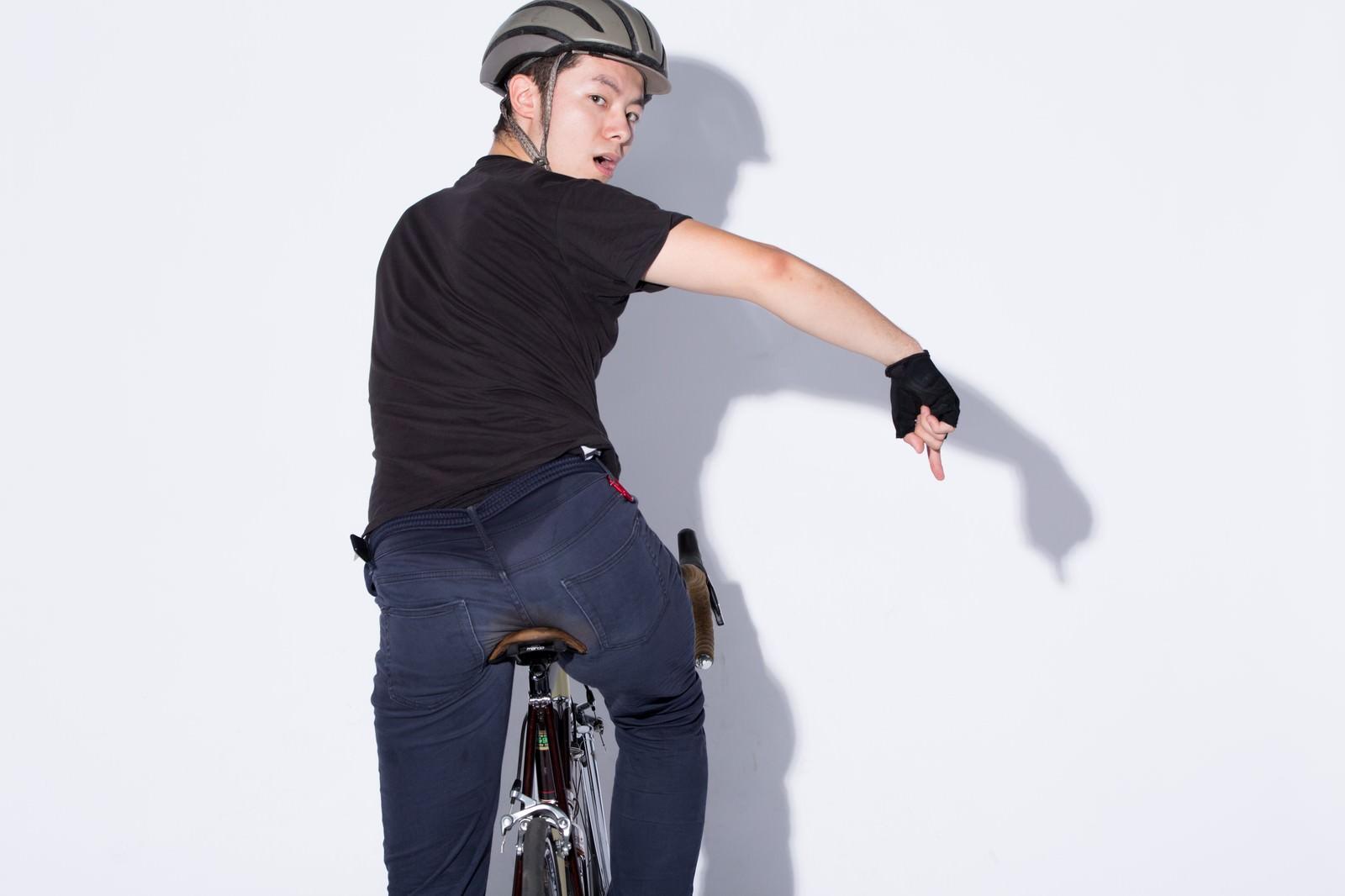 「自転車の手信号「ここ注意」」の写真[モデル:けんたさん]