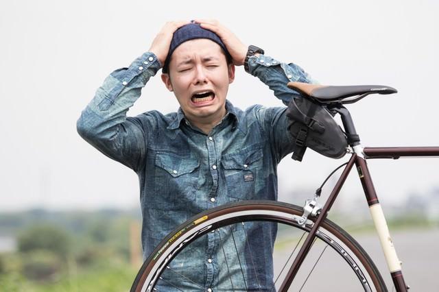 自転車がパンクしたと叫ぶケダモノの写真