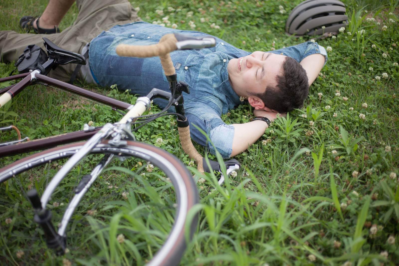 「落車・その先は楽しそうなお花畑」の写真[モデル:けんたさん]