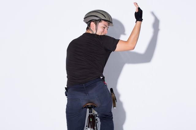 自転車の手信号「左折」の写真