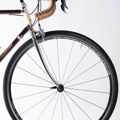 ロードバイクのホイールとタイヤ(前輪)の写真