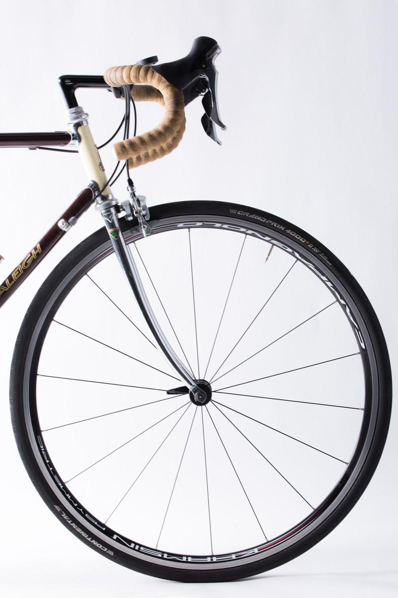 「ロードバイクのホイールとタイヤ(前輪)」の写真