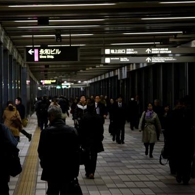 「帰宅する人々(新宿)」の写真素材