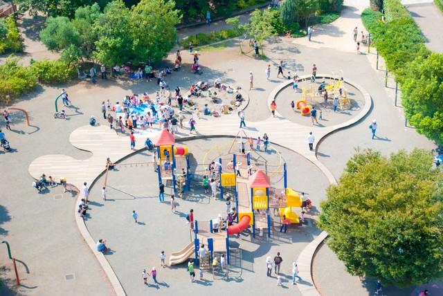 公園に集まる親子連れの写真