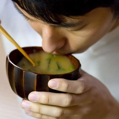 「味噌汁をすする男性」の写真素材