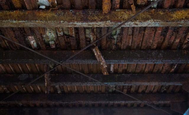 錆びた工場の天井の写真