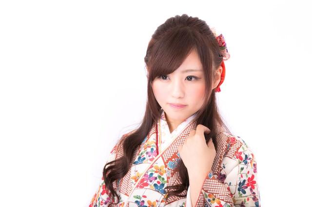美しい和装姿の若い女性の写真