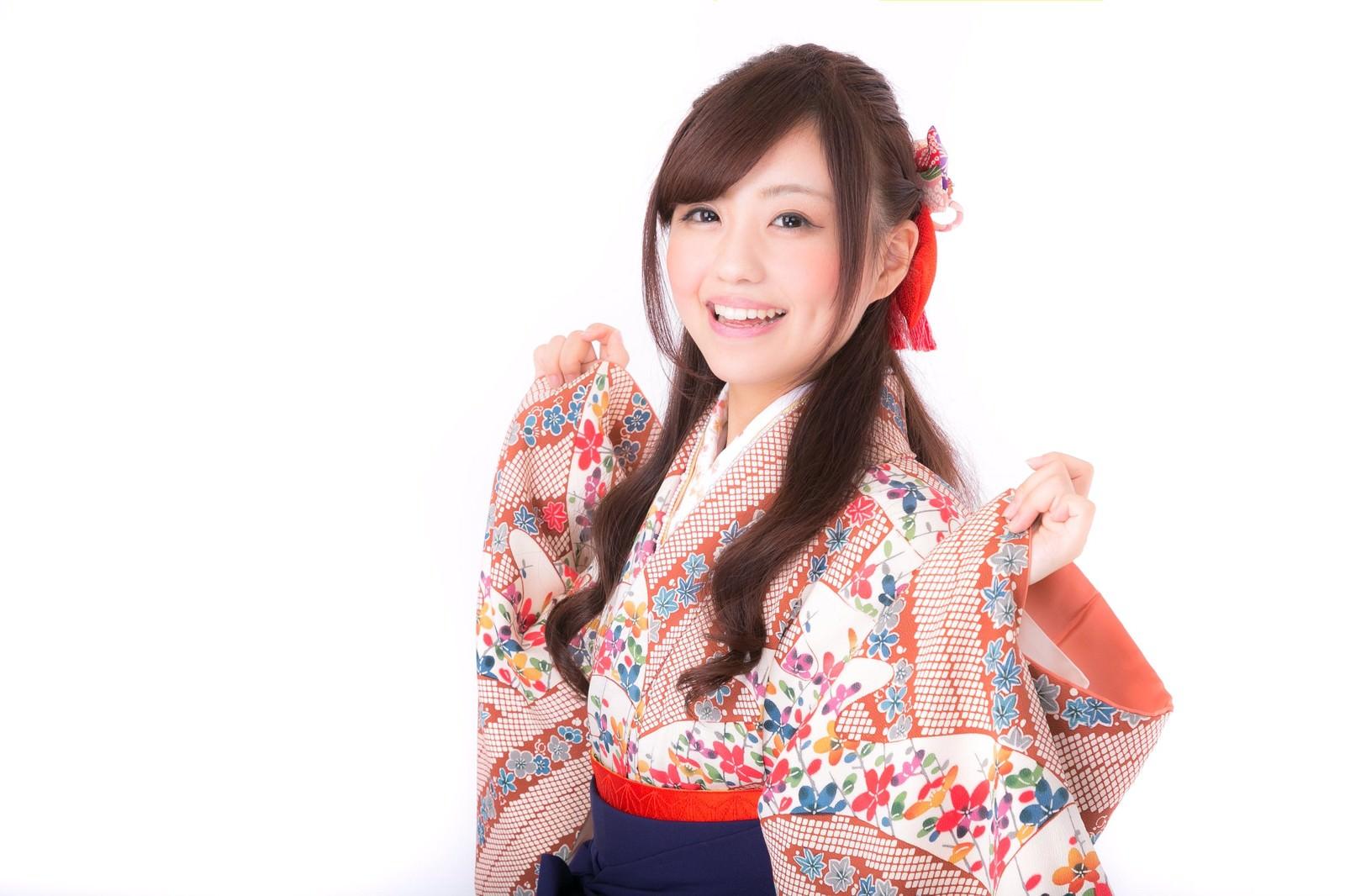 「着物の袖を持った笑顔の成人女性」の写真[モデル:河村友歌]