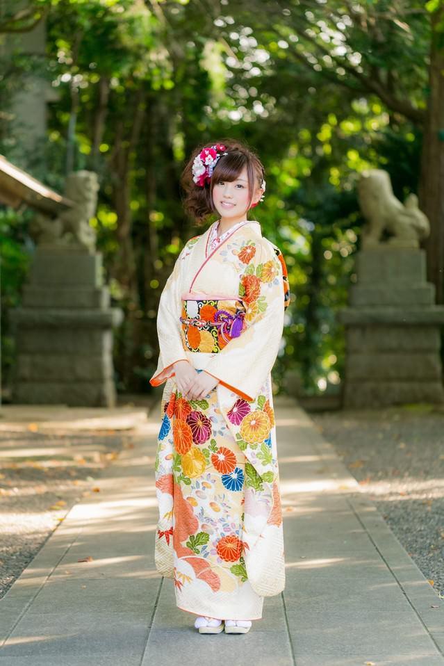 神社と晴れ着姿の女性の写真