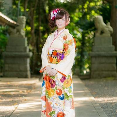 「神社と晴れ着姿の女性」の写真素材