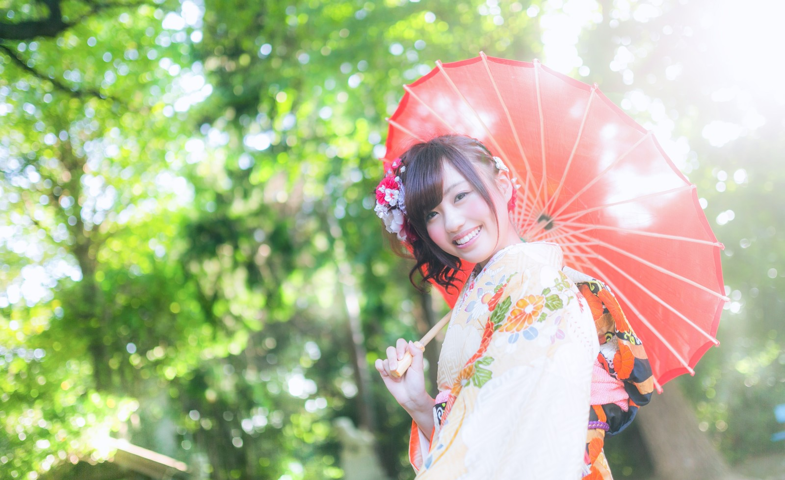 「境内で和傘をさす着物の新成人(女性)」の写真[モデル:河村友歌]