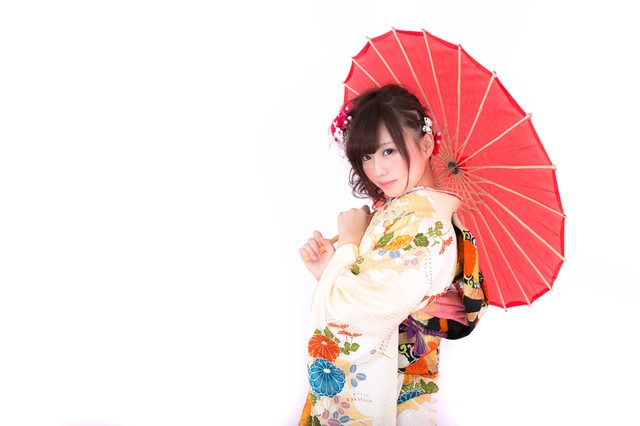 和傘を差し微笑む振袖の女性の写真