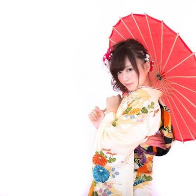「和傘を差し微笑む振袖の女性」の写真素材