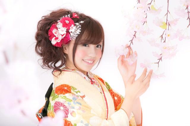 桜と振袖のかわいい女性の写真