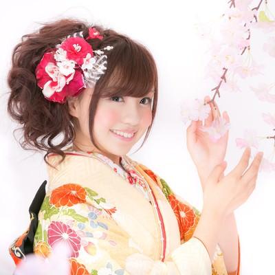 「桜と振袖のかわいい女性」の写真素材