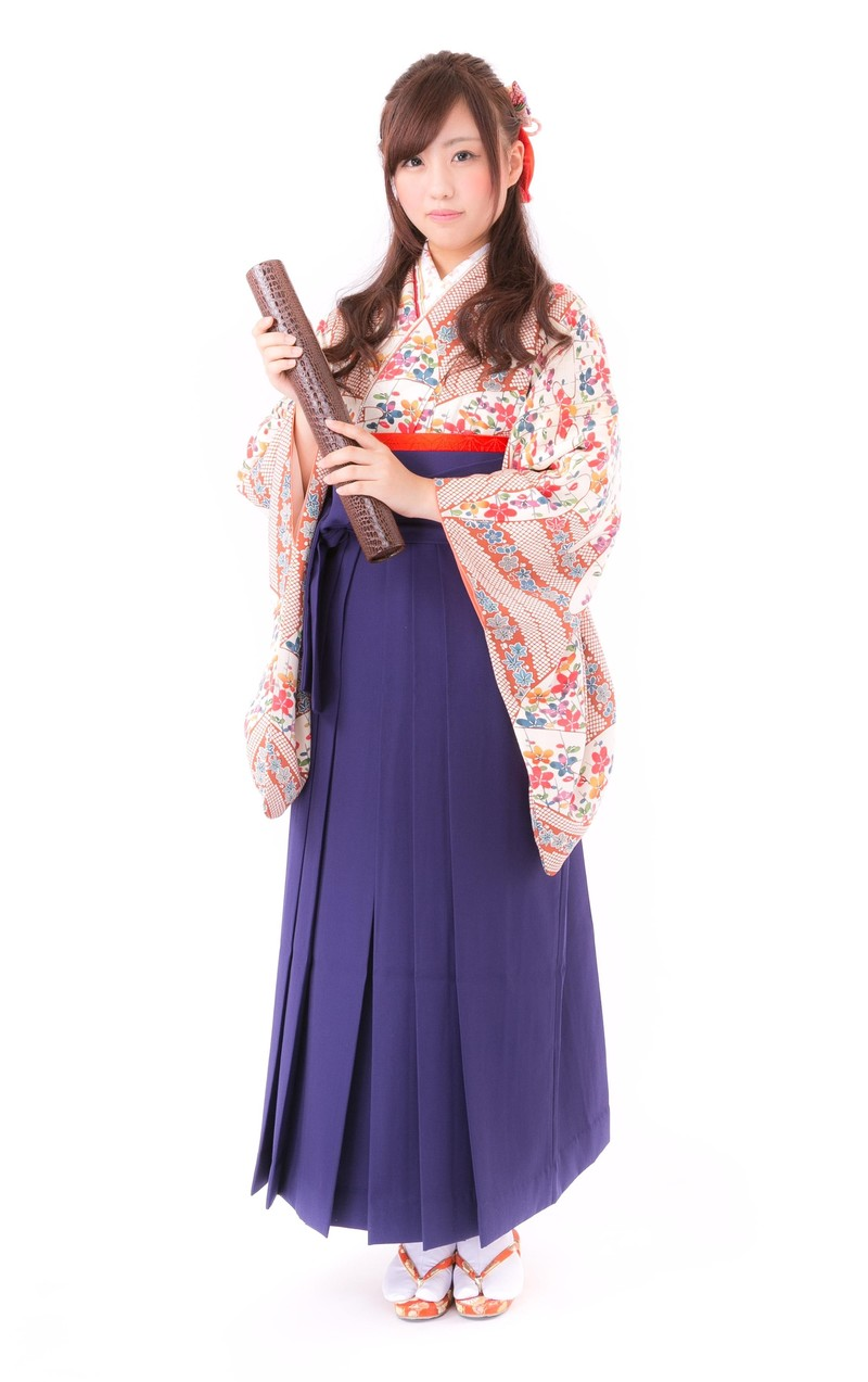 「卒業証書と袴姿の女性」の写真[モデル:河村友歌]