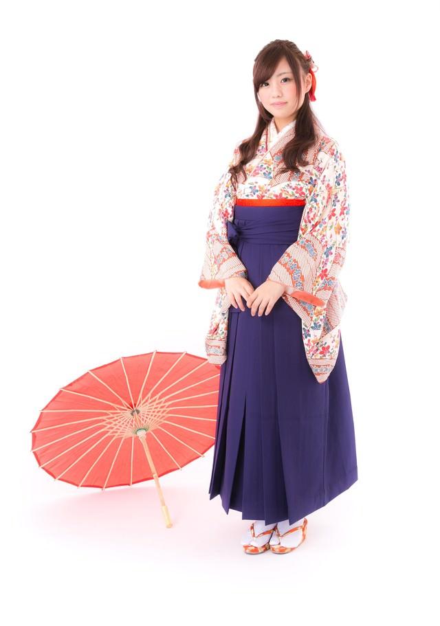 和傘と袴姿の女性の写真
