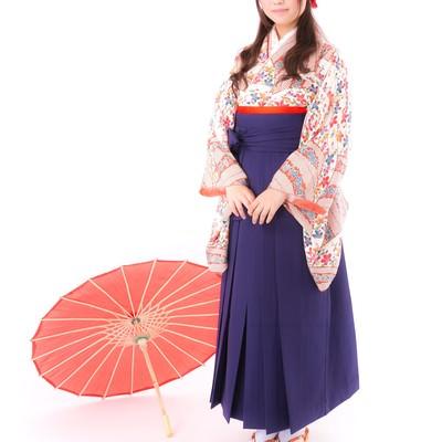 「和傘と袴姿の女性」の写真素材