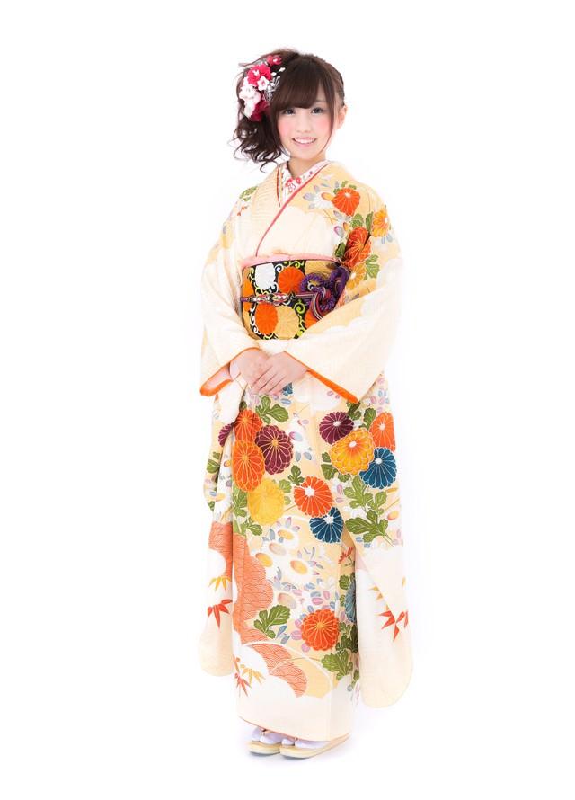 黄色い振袖を着た若い女性の写真