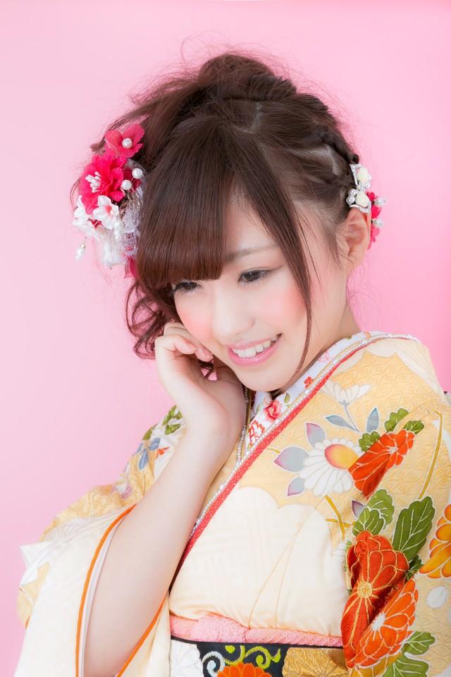 美しい振袖姿の若い女性の写真