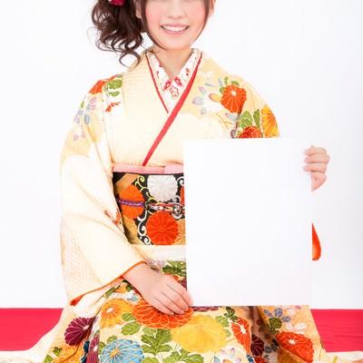 「謹賀新年!抱負を見せる振袖姿の女性」の写真素材