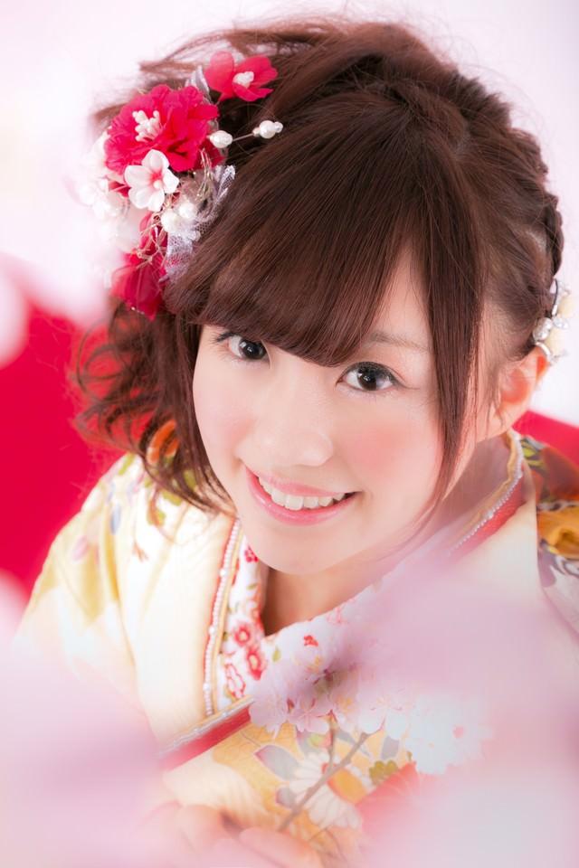 桜を見上げる着物の女性の写真