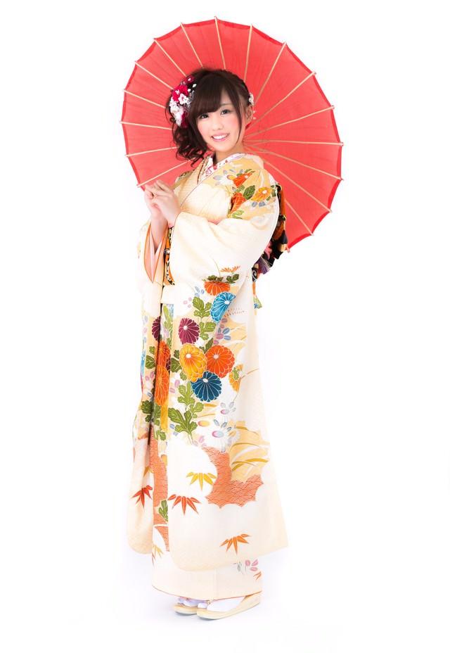 番傘を持った着物の女性の写真