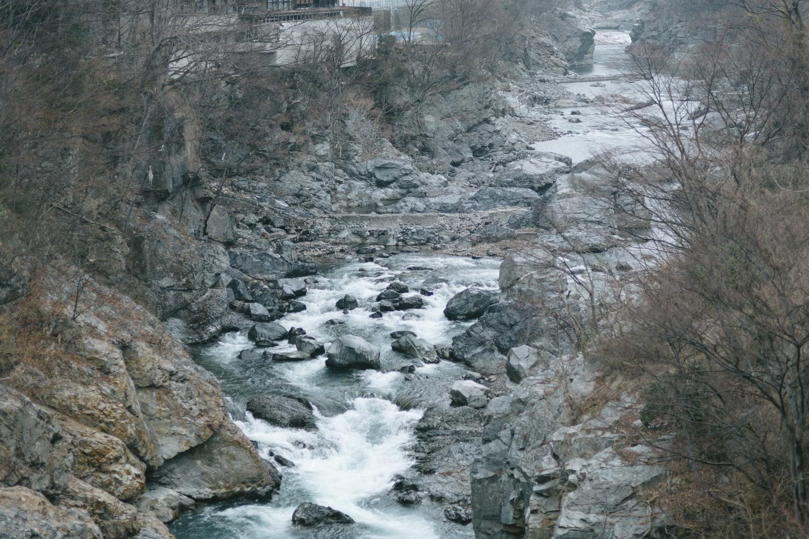「ゴツゴツした岩と冬の鬼怒川」の写真