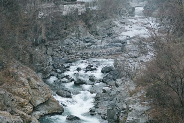 ゴツゴツした岩と冬の鬼怒川