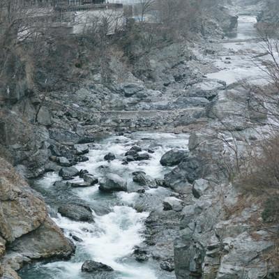 「ゴツゴツした岩と冬の鬼怒川」の写真素材