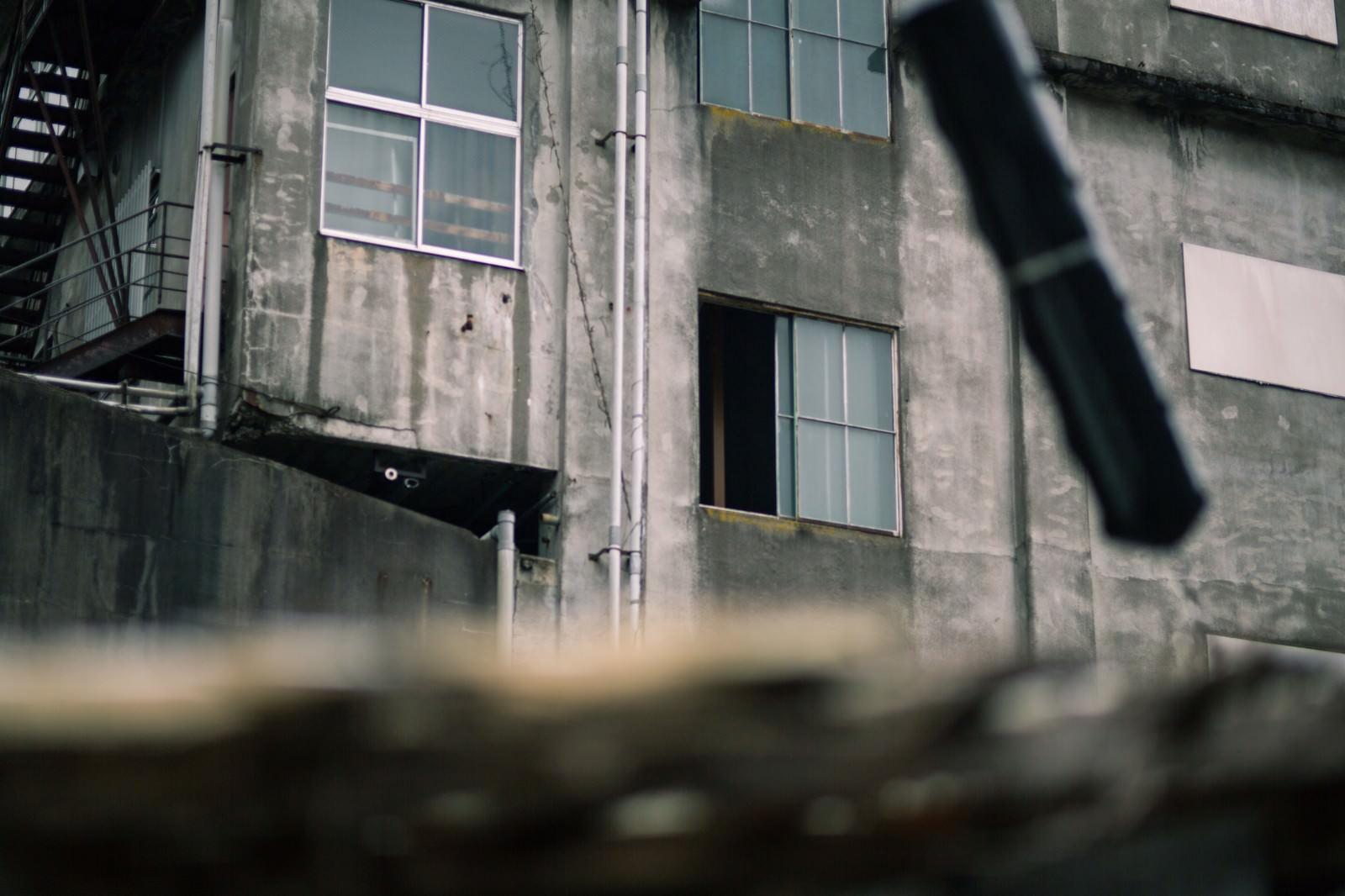 「窓が空いた不気味な廃墟」の写真