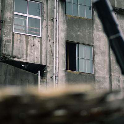「窓が空いた不気味な廃墟」の写真素材