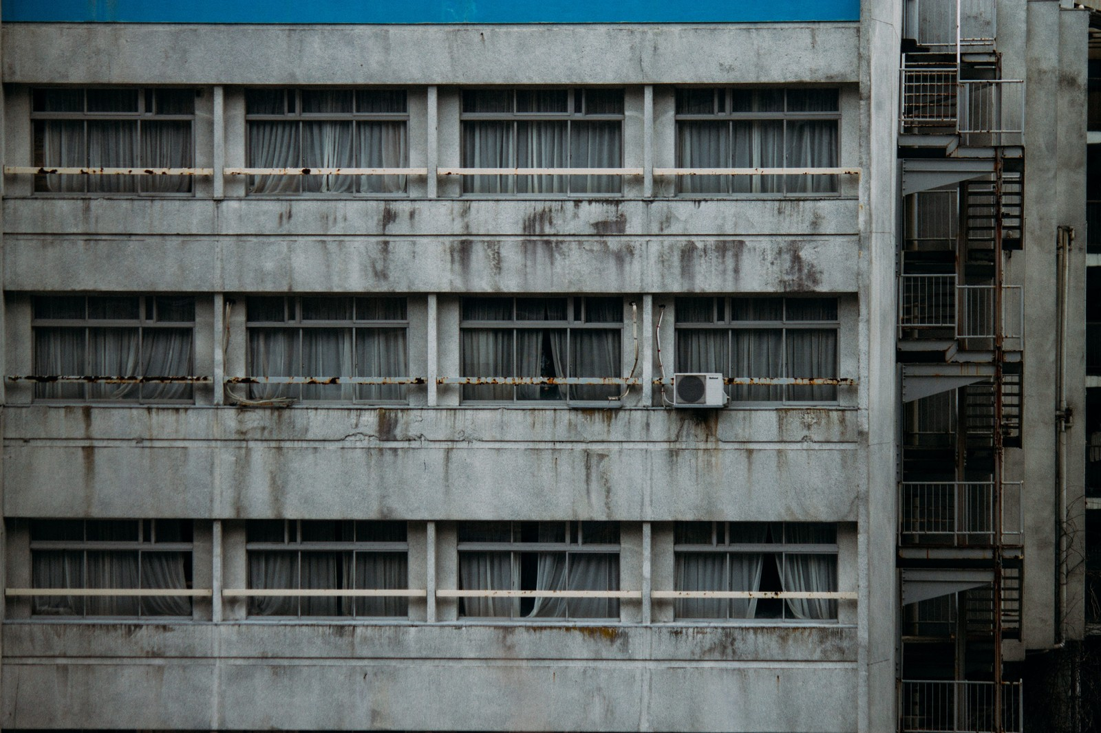 「外観が汚れたホテル」の写真