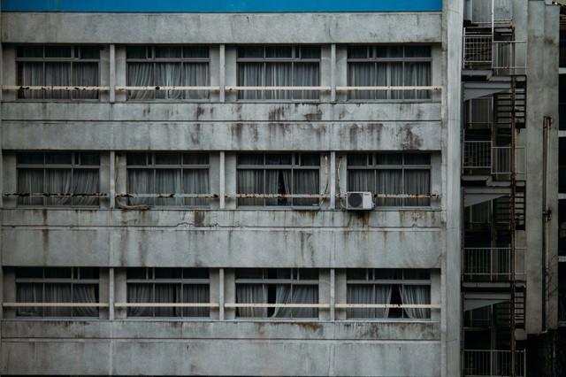 「外観が汚れたホテル」のフリー写真素材