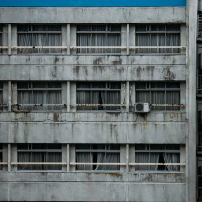 「外観が汚れたホテル」の写真素材
