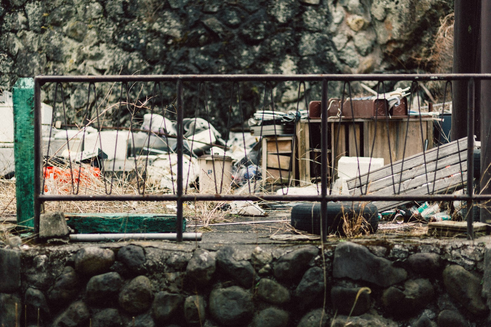 「投棄されたゴミ山」の写真