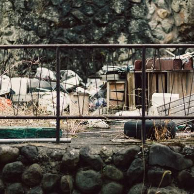 投棄されたゴミ山の写真