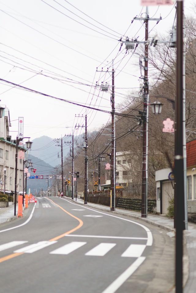 山が見える街並みの写真