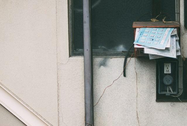 「溜まった郵便受け」のフリー写真素材
