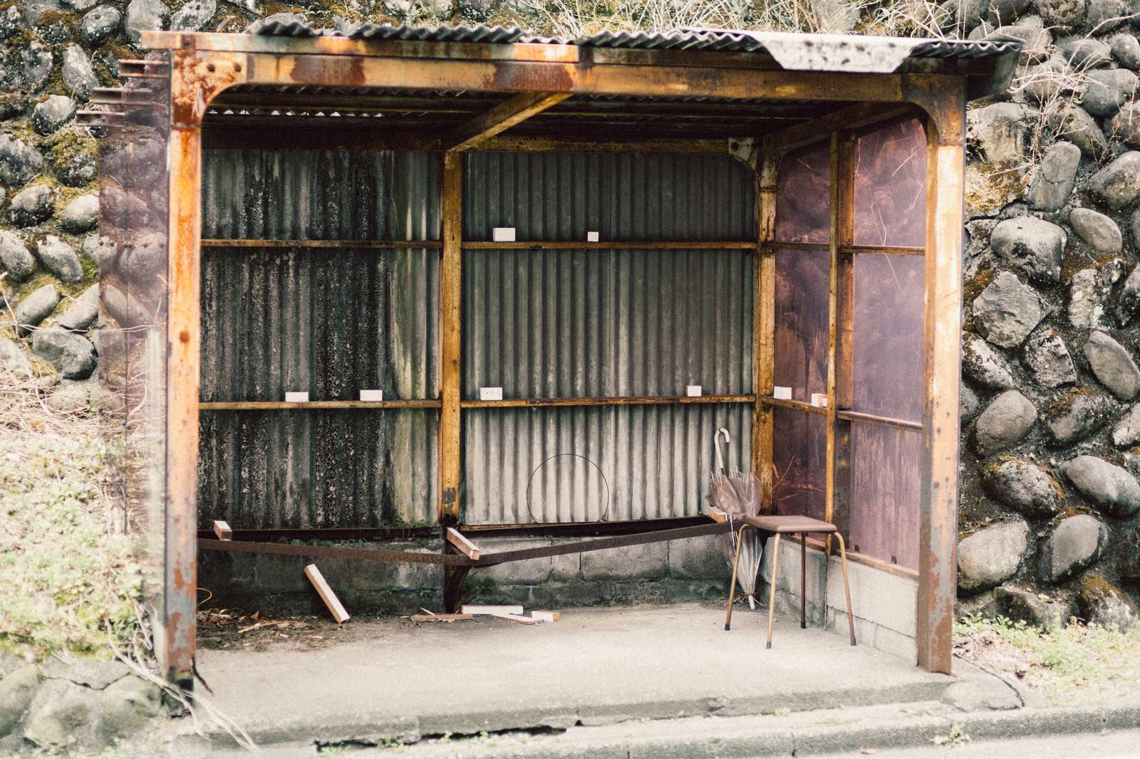 「トタン造りの停留所」の写真