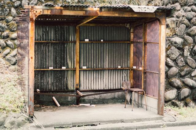 トタン造りの停留所の写真