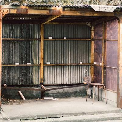 「トタン造りの停留所」の写真素材
