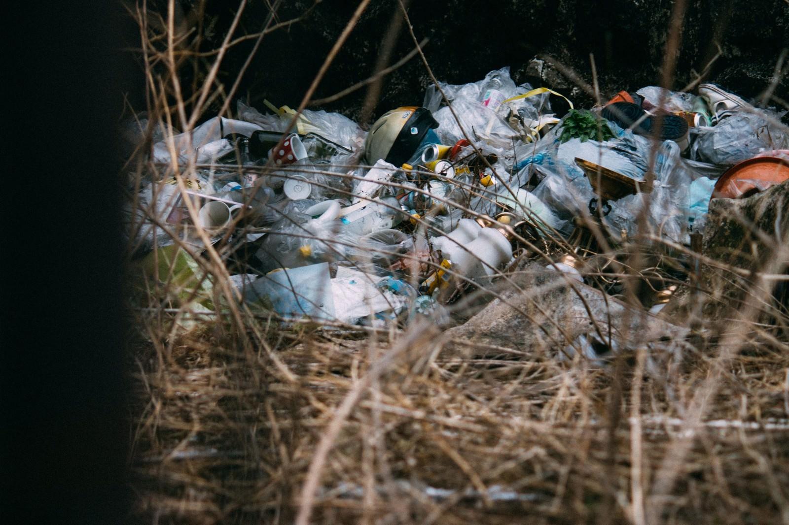 「不法投棄されたゴミ」の写真