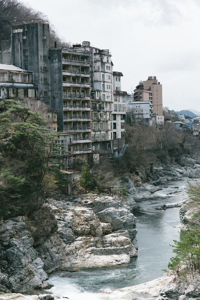 廃虚と化した鬼怒川の旅館郡の写真
