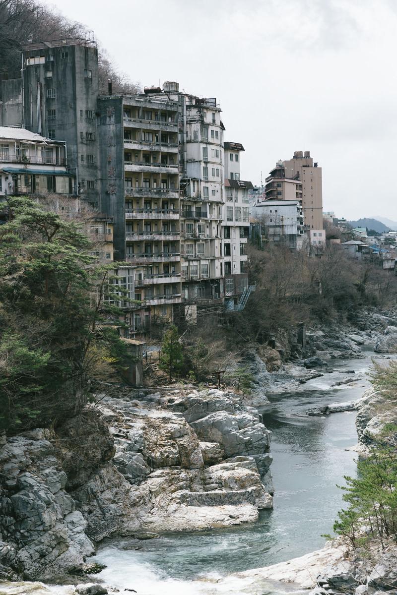 「廃虚と化した鬼怒川の旅館郡」の写真