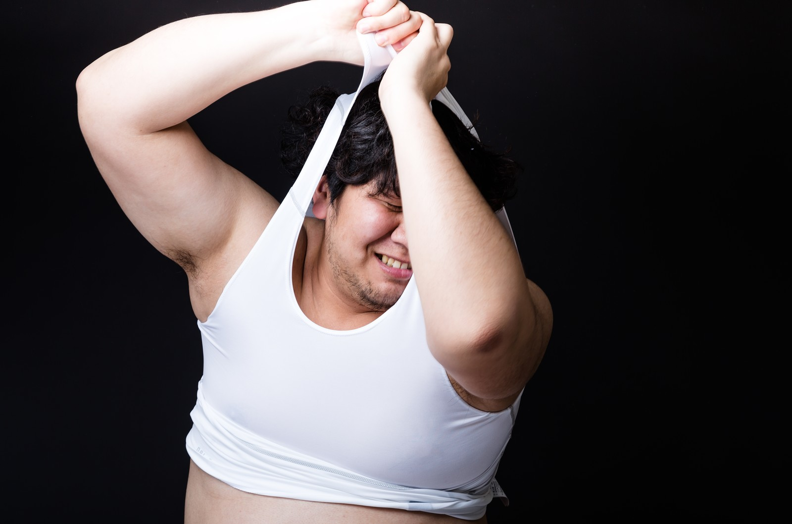 「タイトな女性用スポーツウェアに無理やりねじ込もうとする戦うバディ」の写真[モデル:朽木誠一郎]