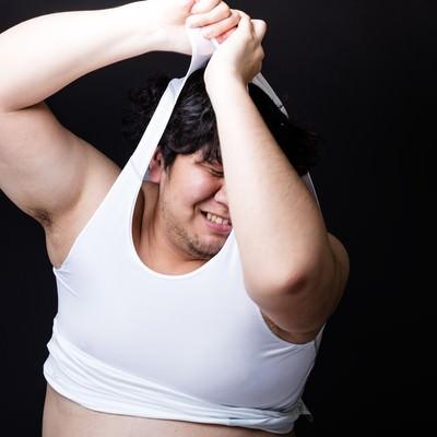 タイトな女性用スポーツウェアに無理やりねじ込もうとする戦うバディの写真