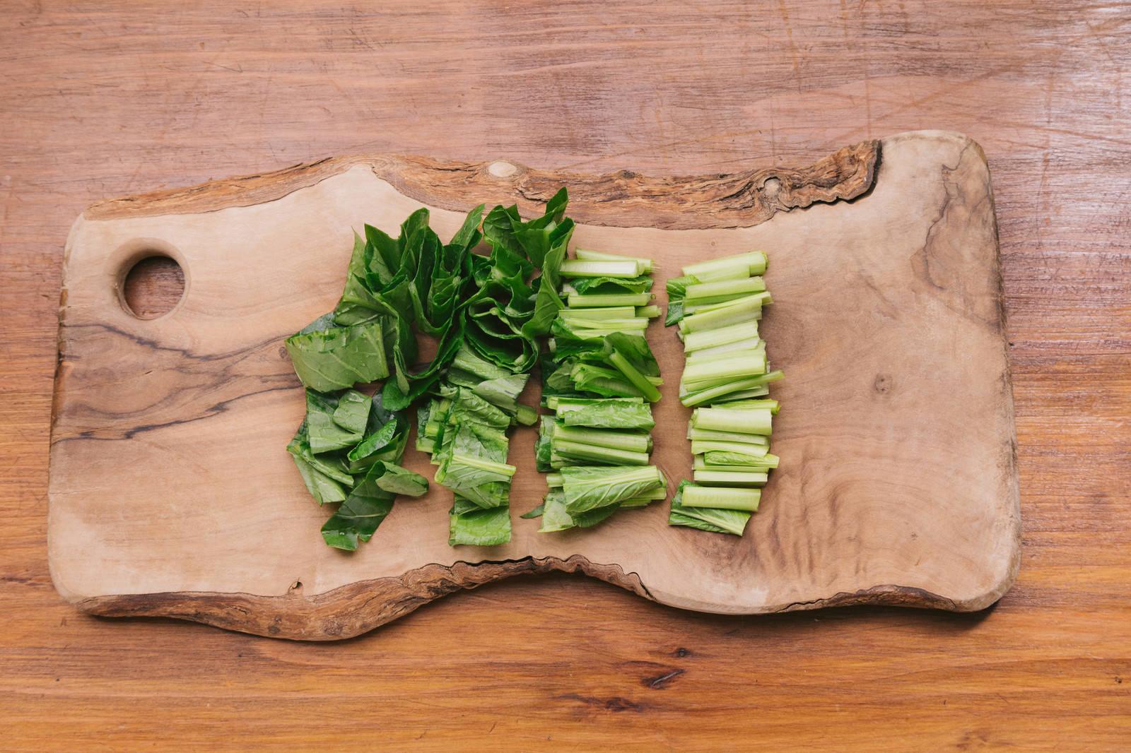 「小松菜をざく切り」の写真